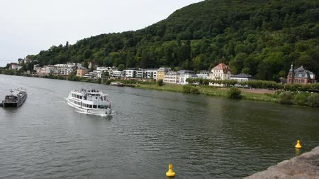 személyszállító hajó : River Cruises riding in Rhine and Neckar river bring passengers traveler visit and looking at riverside of Heidelberg old town in Heidelberg, Germany