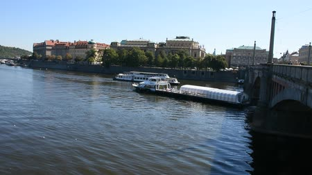 prag : River Cruises riding in Vltava river bring passengers traveler visit and look riverside of old town near Charles Bridge in Prague, Czech Republic Stok Video