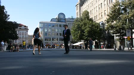 čeština : Czechia people and foreigner travelers walking and visit and shopping at Wenceslas Square (Vaclavske Namesti) in  Prague, Czech Republic. Dostupné videozáznamy