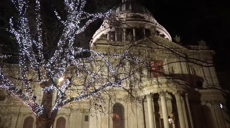 londra : St Pauls Cathedral with christmas decoration, pan Stok Video