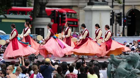 festivais : London, UK - August 9, 2015: Korean ethnic dancers perform, Hand Drum Dance, drum dance, in the Korean Festival at Trafalgar Square, spectators present.