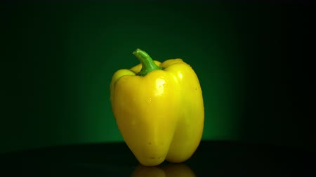 proporcion : Pimiento amarillo bucle girando Archivo de Video