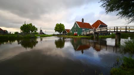 holandês : Cheese factory building at Zaanse Schans reflected on the calm canal water, in Zaandam, Netherlands