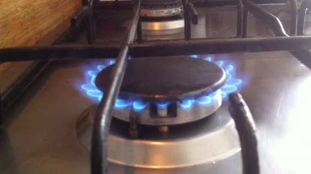 makro fotografie : Kitchen stove. The gas is on, the burner is on with the sound of burning. Close-up video, real life