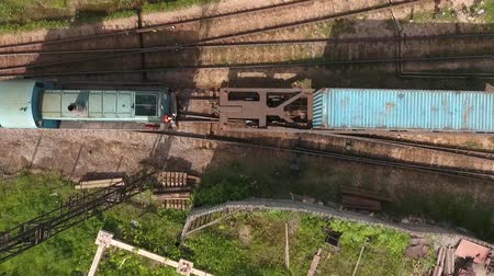 The camera moves from top to bottom. The locomotive is attached to the railway train. Dostupné videozáznamy