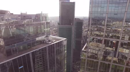 The camera flies high-rise buildings with mirrored windows. Dostupné videozáznamy