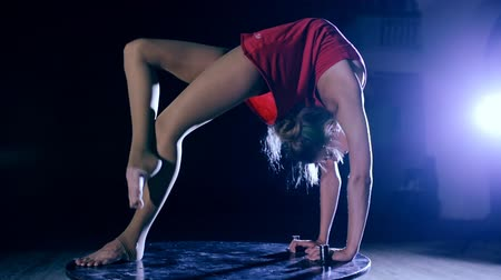 gracioso : Flexible graceful woman doing artistic contortion on stage