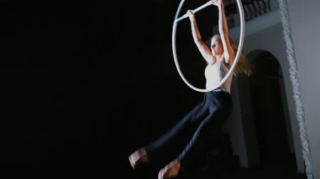 цирк : Circus performer hanging on aerial hoop and doing some acrobatic elements Стоковые видеозаписи