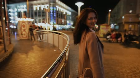 соблазнять : Romantic moment in night city. Woman show gesture - come to me.