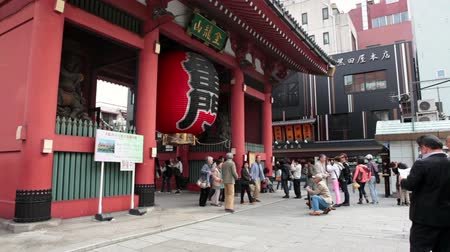 templom : TOKYO, JAPAN - CIRCA APRIL: The entrance to the Senso-ji is the Kaminarimon or Thunder Gate