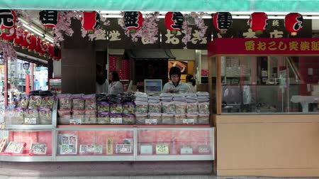 comida japonesa : TOKYO, JAPAN - CIRCA APRIL: Small traditional Japanese store with sweets and goods in Asakusa, near Senso-ji shrine, Tokyo, Japan Vídeos