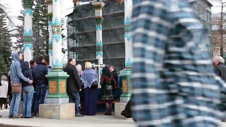 laur : SERGIEV POSAD, RUSSIA-CIRCA MAY: Visitors collect water from a sacred source. The Trinity Lavra of St. Sergius, Sergiev Posad, Russia Wideo