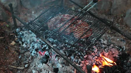 faszén : The process of cooking meat on the grill over charcoal fire