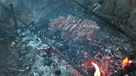 bife : The process of cooking meat on the grill over charcoal fire