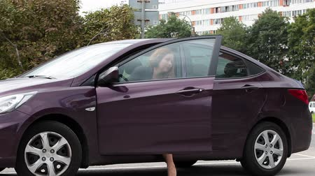 vysoká klíč : Caucasian attractive woman in high heels getting out of new car