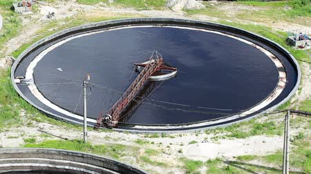чистый : Huge round tanks for waste water treatment with sewage. Industrial factory