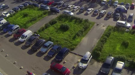 vista frontal : Car parking in front of office building, timelapse