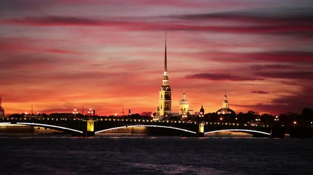 çekicilik : The Peter and Paul Cathedral and fortress with Trinity bridge at night in Saint-Petersburg, Russia.