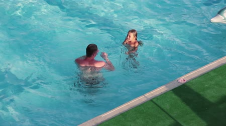 pływak : Father teaching four years old child to diving under water in swimming pool