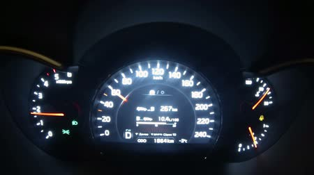 гонка : Car dashboard with speedometer. Tamelapse