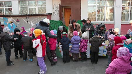 przedszkole : Children eating pancakes and drinking hot tea in kindergarten yard. Celebration of Shrovetide in Russia