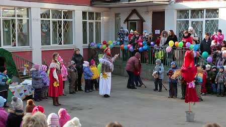 kreş : Women greeting children standing in inner nursery yard during celebration of Shrovetide in Russia