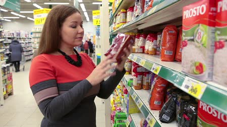 ruský : Young woman looking for goods in wholesale market Dostupné videozáznamy