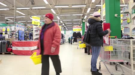 супермаркет : Wholesale shopping center with customers in Russia Стоковые видеозаписи