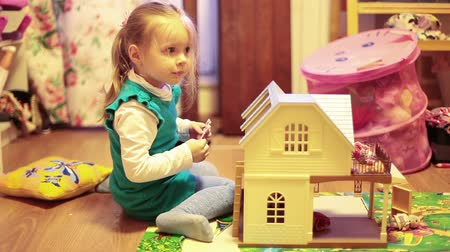 kreş : Girl playing with a dollhouse in the nursery