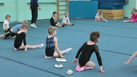 gimnastyka : Kids making exercise flexibility on acrobatic lessons on the floor, Russian sports school for preschoolers