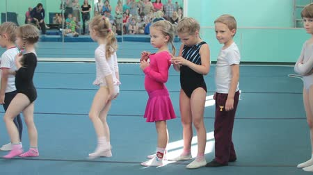 gimnastyka : Young children standing in queue for making roll over at acrobatic exercises. Children sport school of Olympic reserve in Saint-Petersburg Wideo