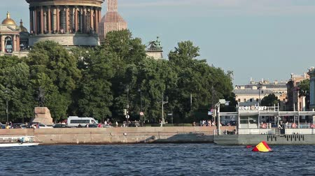 sobor : Two-deck passenger ship passing along Isaac Cathedral with tourists on the board. Saint-Petersburg, Russia Stock Footage