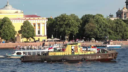 diferença : Old tugboat on Neva river between pleasure boats and battle ships in center of St Petersburg, Russia