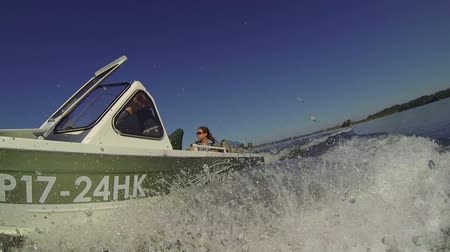 küçük sandal : Front view of sliding on water surface speedboat with splashes around. Low angle Stok Video
