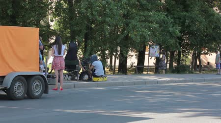 стрельба : Backstage of movie set location. Cameraman shooting film episode outdoor