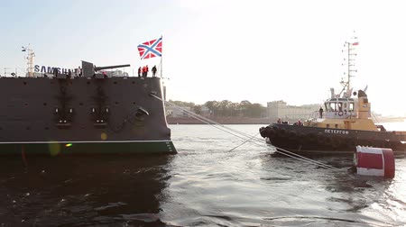 hawser : ST. PETERSBURG, RUSSIA - SEPT, 21, 2014: Towing boat ready for tugging cruiser Aurora. St. Petersburg, Russia. Cruiser Aurora is a symbol of Revolution of 1917 year Stock Footage
