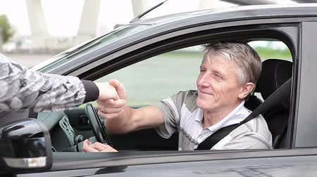 klucz : Happy buyer taking a ignition key from new car, showing and starting a vehicle