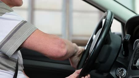 ülés : Caucasian male hands turning a steering wheel in land vehicle