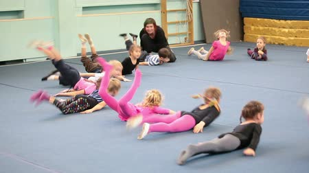 гибкость : Girls doing exercises on the lesson in acrobatics for preschoolers in Russian sport school, Russia