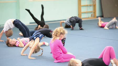 gimnastyka : Kids doing exercises on the lesson in acrobatics for preschoolers in Russian sport school, Russia
