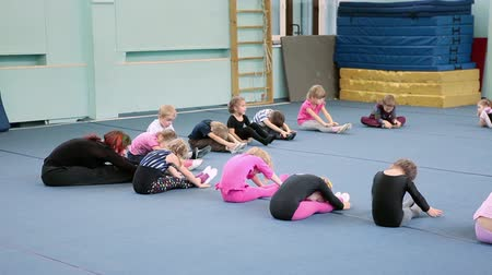 sport dzieci : SAINT-PETERSBURG, RUSSIA - CIRCA MAY, 2013: The open lesson in gymnastics for preschoolers in Russian sport school, Russia. Exercise on the flexibility is on sport training for small kids