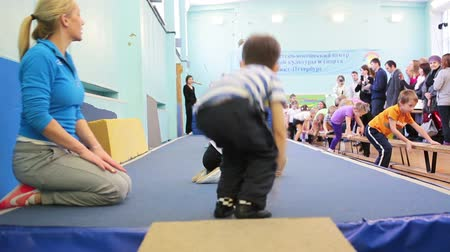 gimnastyka : SAINT-PETERSBURG, RUSSIA - CIRCA MAY, 2013: The open lesson in gymnastics for preschoolers in Russian sport school, Russia. Preschool kids sport training is under fitness trainer control Wideo