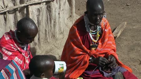 cultura juvenil : ARUSHA, TANZANIA - CIRCA DECEMBER, 2011: Visiting Tanzanian masai village during Africa expedition