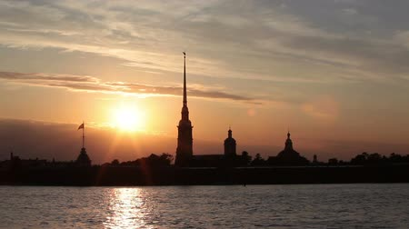 çekicilik : Silhouette of the Peter and Paul Fortress with sun down. Saint-Petersburg, Russia