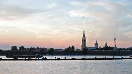 fakkels : Peter en Paul Kathedraal en de vesting in St. Petersburg, Rusland. Uitzicht vanaf de rivier de Neva. White Nights periode Stockvideo