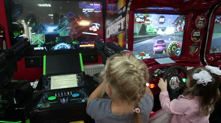 leuven : Kleine kinderen spelen video arcade game machines. Simulatie muntjes entertainment zone, Rusland