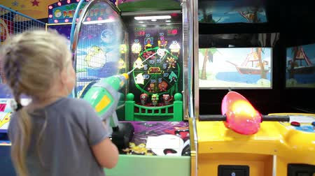 leuven : Kleuter kind spelen muntautomaten spel met water pistool schieten, gaming zone in Rusland Stockvideo