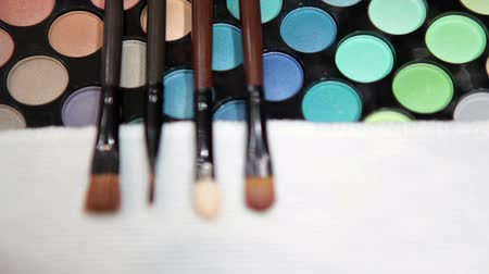 стегать : Make-up tools brushes with color cosmetic palette. Selective focus. No people