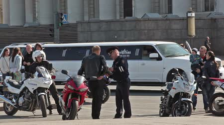 multa : Policeman giving traffic ticket for motorcyclist standing with bike, Russia Vídeos