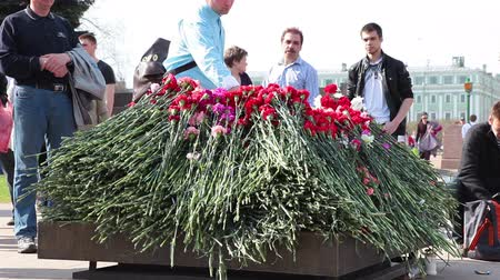 talapzat : Red carnations around the eternal flame at the Field of Mars or Marsovo Polye in St. Petersburg, Russia